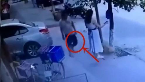 男子路过时腿上的举动令人愤怒,女子怒斥后下一秒后悔了