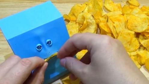 小伙发现有趣的存钱罐,居然还会吃薯片?网友:看脸就知道不简单