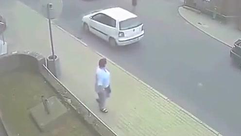 路怒女司机厉害了,追着小伙子就撞,小伙子遇上她也真是倒霉