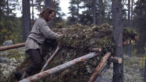 流浪汉小哥丛林露营,搭建实木庇护所,可长期生存居住!