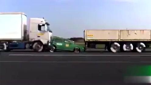 43KM/h重型卡车直撞汽车瞬间消失!