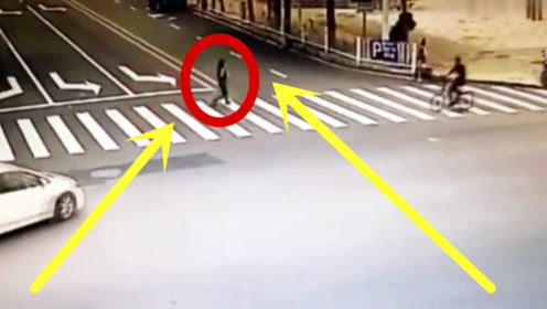 轿车斑马线不礼让行人,撞倒女子并碾压,女子瞬间一分为二!