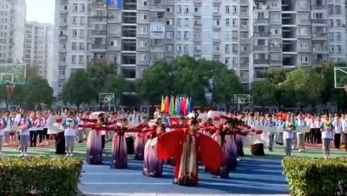 班级女生在校庆上齐舞《丽人行》,扬我国风之美