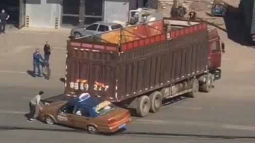 出租车停路中间,大货车倒车推出去几米远,司机做法太愚蠢!