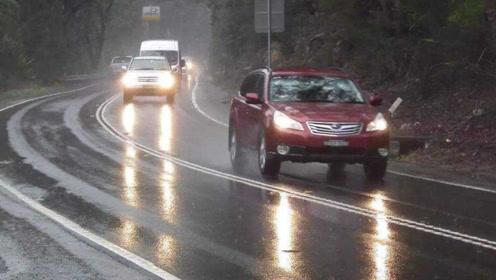 为啥老司机雨天跑高速时都这样做?里面大有学问,牢记能保命!