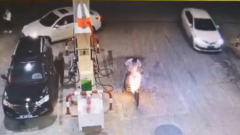 男子加完油欲骑车离去 一拧油门车身突然爆燃