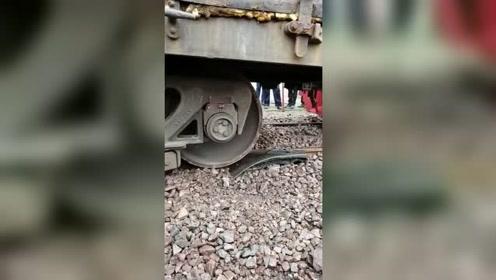 火车不小心出轨后,看看是怎样回归轨道的?