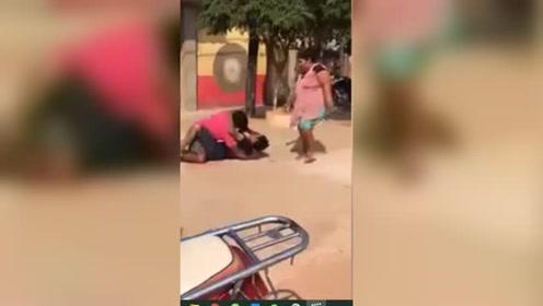 红衣男与别人打架妻子赶来拉架 结局亮了