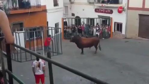 男子在笼中挑逗公牛,公牛看不下这嚣张劲儿,一头将笼子撞开了