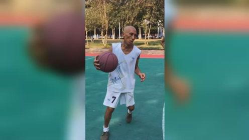 72岁大爷痴迷篮球气场秒杀年轻小伙,驰骋球场看呆网友