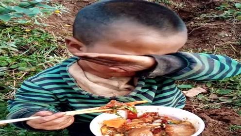 山里孩子在地头等父母干活,饿了凑合着吃,看的辛酸!