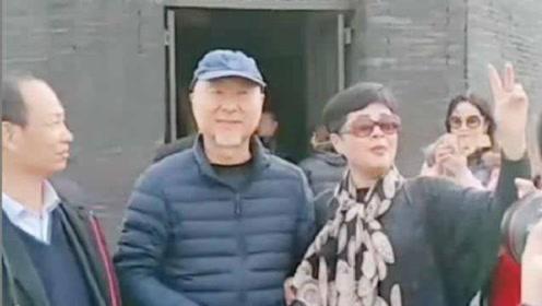 65岁陈佩斯现身景区,却被游客拦住求合影,他的举动暴露人品