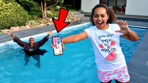熊孩子将老爸的iPhone扔进泳池,能接住吗 ?场面爆笑!