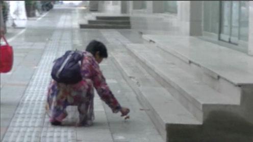 郑州大妈街头弯腰拾落叶 不曾想感动许多路人