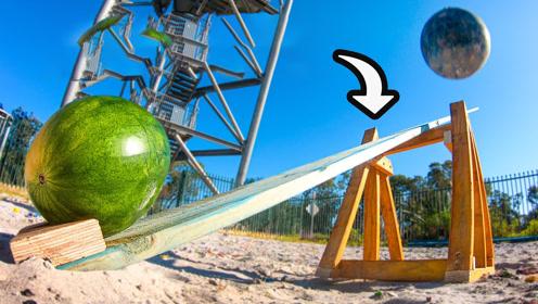 将铁球从高空扔下,跷跷板另一端的西瓜下场怎样?网友:大开眼界