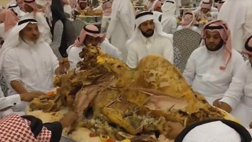 迪拜土豪请客吃饭,一桌就一个菜,看到菜后众人都惊讶不已!