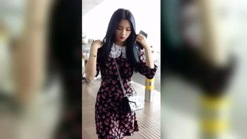 杨超越机场私服穿搭,小花裙真的少女感爆棚