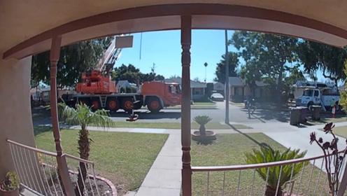 电力公司维修吊车倾翻,监控录像拍下全过程