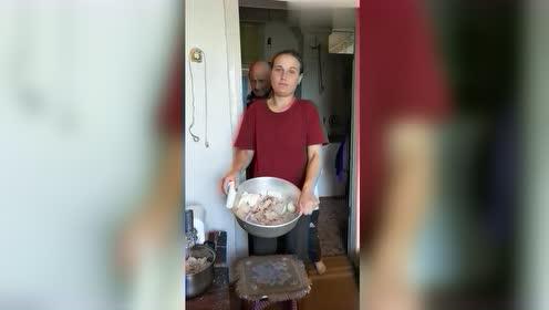 俄罗斯洋媳妇做美食,这狗鱼吃法头一次见,不知道好吃吗?