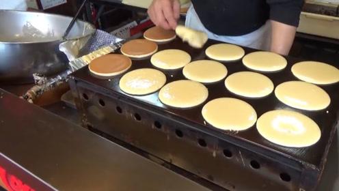 大叔街头卖传统小吃,2块1个,老顾客一次买10个当饭吃!