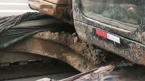 开挖掘机的师傅真负责任,为了不破坏路,竟然用棉被缠上履带!