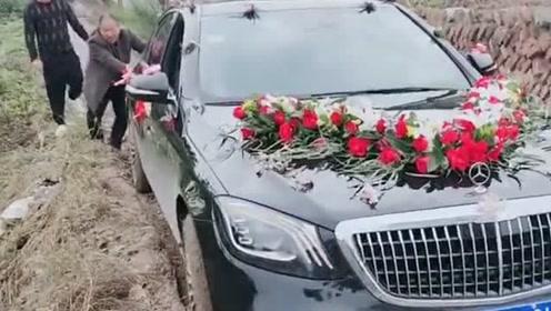 表哥结婚租的迈巴赫,走到泥地发生这一刻,不知道得赔多少钱
