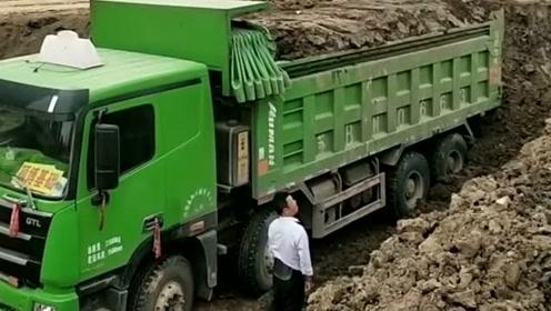 这个货车司机真搞笑,叫挖机用力砸,要装实一点