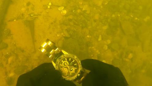 水下发现15000美元的劳力士,小哥捞起后,接下来的举动令人钦佩