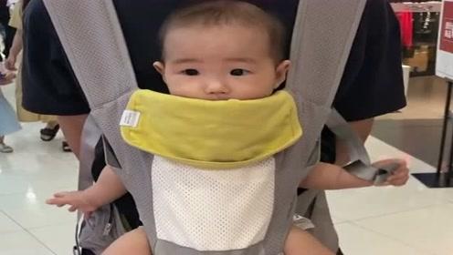 带宝宝逛商场,可把宝宝乐坏了,这肉嘟嘟的小腿太可爱了!