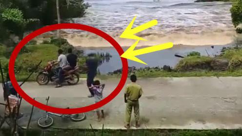 明知道洪水来临,众人还站在原地,下一秒想跑却来不及了!