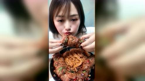 美食吃播:火鸡面套肠