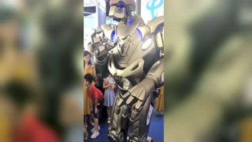 5G智能机器人,现场和美女跳舞,现在的机器人都这么厉害了吗?