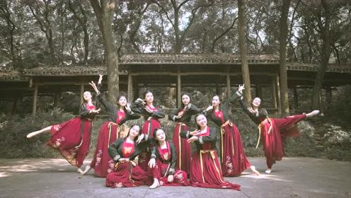 赞!红裙女孩面若桃花舞一支《左手指月》,整个人都仿佛沉浸在舞蹈之中