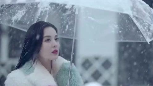 十年三月三十日:袁莱和靳燃举办婚礼,顾飒竟把婚纱给剪碎,靳燃当场怒了