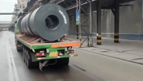 这才是专业钢卷运输挂车,加厚钢板配备限位器,安全性毋庸置疑!
