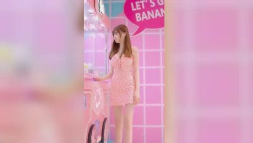 商场遇到正在抓娃娃的小姐姐,这种甜美系的女孩,应该男生都会喜欢上吧?