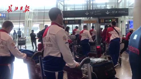 """两个夺金热门一起到了!俄罗斯队天河机场""""偶遇""""巴西队"""
