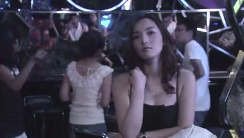 美女独自来到酒吧,只因太漂亮被免费请喝酒,这社会还是靠颜值啊