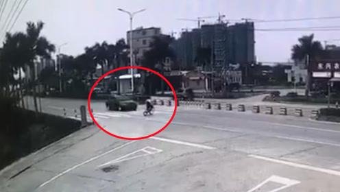 学生骑车过马路瞬间被疾驰小车撞飞 监拍惊险一幕