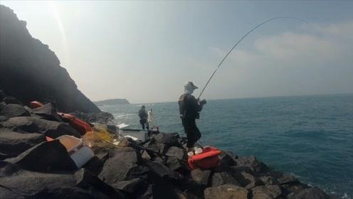 这鱼竿的腰力真不错,钓鱼人接连飞鱼上岸,手感太好了!
