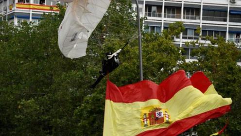 尴尬!西班牙国庆阅兵一伞兵意外挂上路灯杆,国王一旁鼓起了掌......