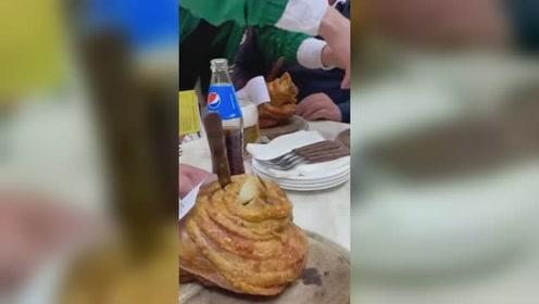 在德国吃肘子,服务员端上来的一刻,网友:嘴里的辣条瞬间没味了!