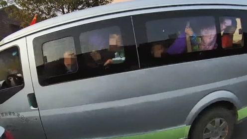 面包车超员100%塞了17个孩子  司机涉嫌危险驾驶罪被刑拘