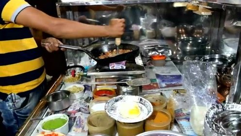 看看印度人的宵夜吃什么,看来生意不错啊,锅都变形了