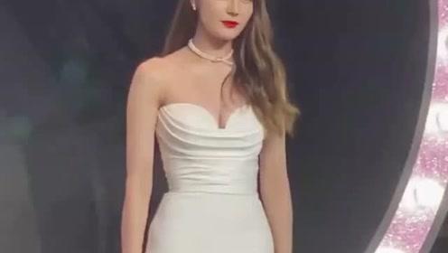 迪丽热巴白色抹胸礼服也太撩人了,性感又特别大方!