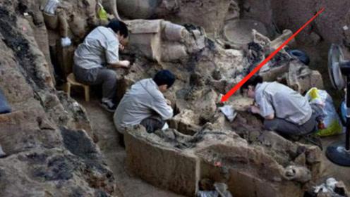 山西发现千年古墓,5岁小新娘手戴11枚戒指,专家看后气愤不已