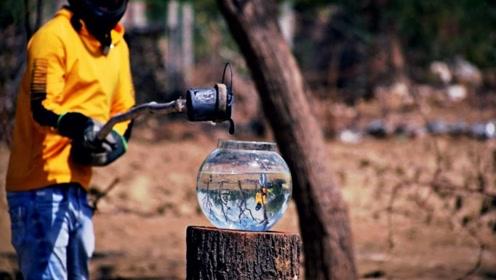 将融化的盐倒入水中会发生什么?小哥亲自实验,这也太神奇了!