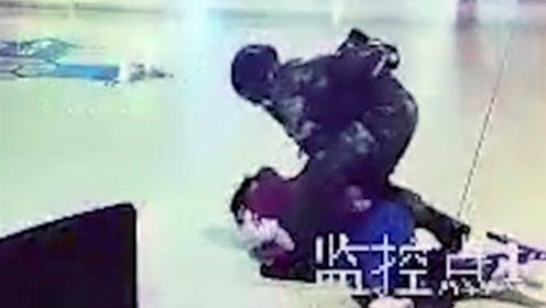 男子持棍突袭高铁站内武警 无视警告被7秒KO