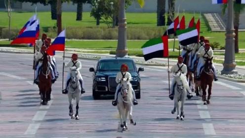 大场面!普京访问阿联酋获盛大欢迎:天上飞机拉线 地面骑兵护送