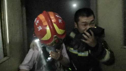 消防员脱面罩给被困女孩,自己捂鼻冲出火场